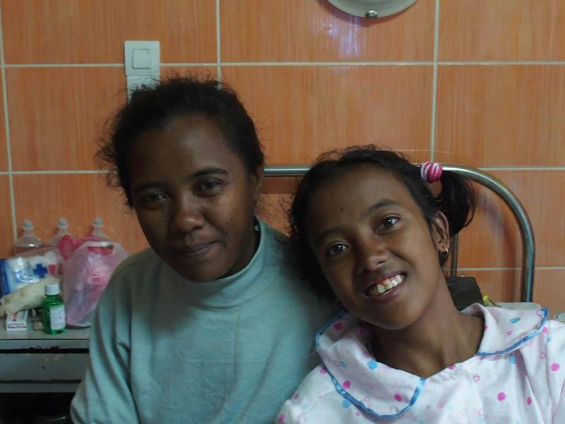Jeune fille hospitalisée à HJRA et sa maman