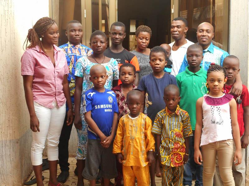 quelques enfants atteints de cancer avec l'équipe soignante