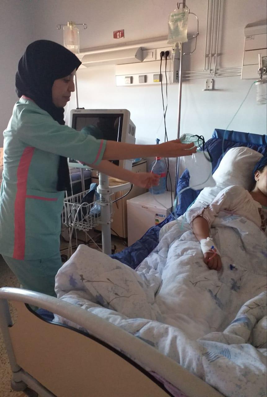 soin donné à un enfant hospitalisé dans le service d'oncologie pédiatrique à Marrakech