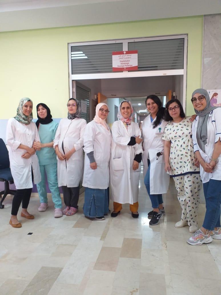 Autour du Pr Jamila Elhoudzi, chef de service, l'équipe soignante du service d'oncologie pédiatrique à Marrakech