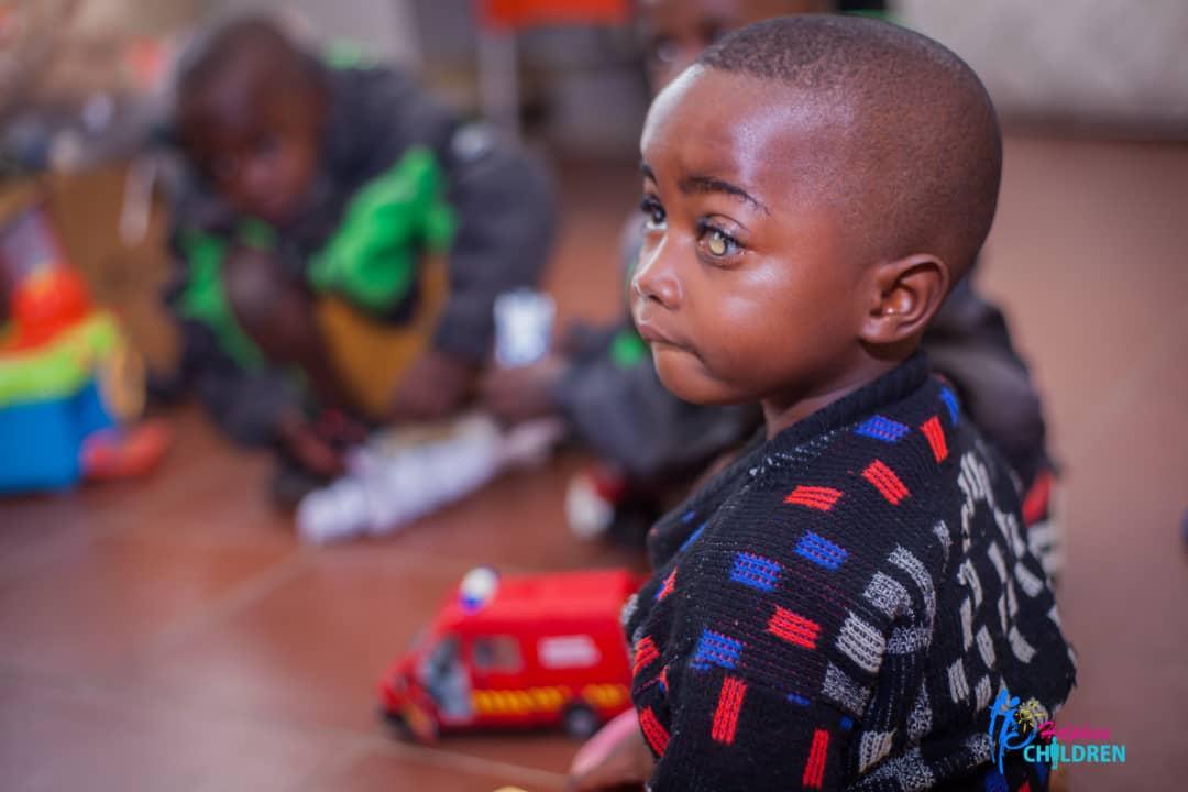 jeune enfant dans l'attente d'une opération